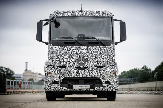 Le couple élevé des moteurs électriques ferait de l'eTruck un camion idéal pour le transport de lourdes charges sur de petites distances intra-urbaines à vitesse lente ou moyenne sur des trajets encombrés par la circulation et ralentis par moult feux de circulation. Les deux moteurs électriques mis sur ce châssis à trois essieux lui procurent un couple de 11 000 newtons-mètre (8113 livres-pied). (Photo : Daimler AG)