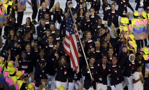 Michael Phelps portait le drapeau de la délégation américaine. (AP, Patrick Semansky)