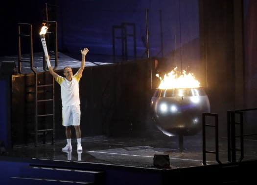 Le marathonien brésilien Vanderlei de Lima a eu l'honneur d'allumer la vasque olympique.La flamme est entrée dans le stade portée par le joueur de tennis Gustavo Kuerten, puis amenée jusqu'à la vasque par Cordeiro, médaillé de bronze à Athènes en 2004. (AP, Markus Schreiber)
