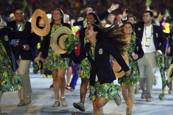 Vêtue aux motifs tropicaux et avec des chapeaux de paille, la délégation brésilienne a fait vibrer le stade. (AFP, Jewel SAMAD)