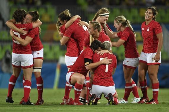 Les joueuses canadiennes célèbrent après avoir défait les Britanniques 33-10 dans le match pour la médaille de bronze au rugby à 7 féminin. (Photo John MACDOUGALL, AFP)