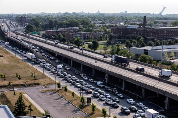 Malgré la fermeture complète de l'autoroute 40 en direction ouest, la circulation était relativement fluide. (PHOTO ÉDOUARD PLANTE-FRÉCHETTE, LA PRESSE)