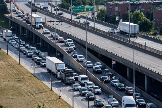 À Christophe-Colomb, les véhicules sont détournés vers le boulevard Crémazie pour reprendre l'autoroute 40 à partir de St-Laurent. (PHOTO ÉDOUARD PLANTE-FRÉCHETTE, LA PRESSE)