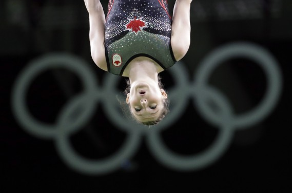 Rosie MacLennan en action durant sa routine. (Photo Julio Cortez, AP)