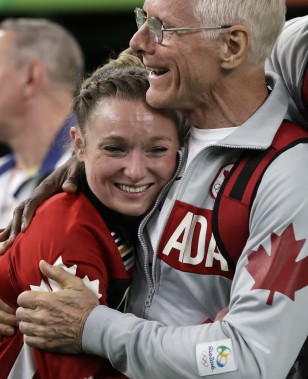Rosie MacLennan reçoit les félicitations de son entraîneur David Ross. (Photo Julio Cortez, AP)