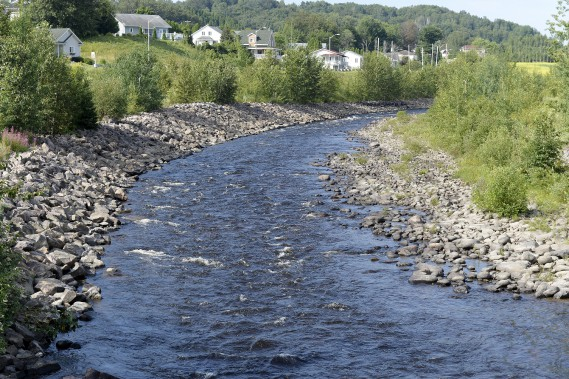 Embouchure de la rivière Ha! Ha! (aujourd'hui) / L'embouchure de la rivière Ha! Ha! a été rétablie à son origine après le Déluge. Son enrochement, plus en hauteur, vise à limiter l'érosion des berges. Des seuils disposés «en escalier» se trouvent maintenant dans son lit pour en assurer la stabilité. (Archives Le Progrès-Dimanche, Jeannot Lévesque)