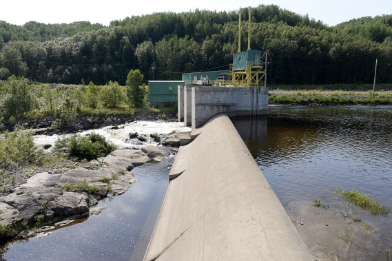 La Ferme Bergeron (aujourd'hui) / Le barrage de l'usine baieriveraine de Stone-Consolidated, où se trouvait la prise d'eau de la papetière avait pour sa part été complètement détruit. Il a maintenant la capacité d'accueillir une crue maximale probable de 1300 m<sup>3</sup>d'eau/seconde, tandis que celle du Déluge était de 950 m<sup>3</sup>/s. (Archives Le Progrès-Dimanche, Jeannot Lévesque)