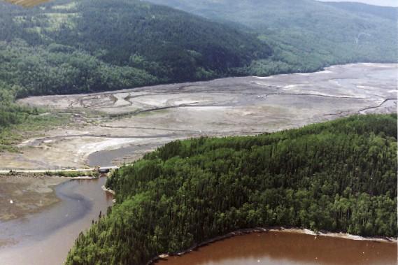 Grand lac Ha! Ha! (Après le déluge) / Le Grand lac Ha! Ha! s'était vidé de ses eaux, lorsque la digue avait été détruite par la crue. «La digue était plus basse que le barrage», précise M. Gauthier, sur le site de la halte routière de Ferland-et-Boilleau. Le lac était utilisé comme réservoir d'eau industriel par l'usine de Stone-Consolidated. (Archives Le Progrès-Dimanche, Jeannot Lévesque)
