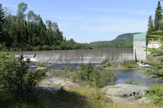 Grand lacHa! Ha! (Aujourd'hui) / La nouvelle digue a été construite plus en hauteur que le nouveau barrage. M. Gauthier ne peut par ailleurs oublier les travaux majeurs dans le secteur des Eaux mortes (entre les kilomètre 10 et 14). «Quand le lac s'est vidangé, ce sont 18000 m3/s qui sont arrivés à la Chute à Perron et qui ont emporté 6,9 millions de mètres cubes de sable sur deux... (Archives Le Progrès-Dimanche, Jeannot Lévesque)