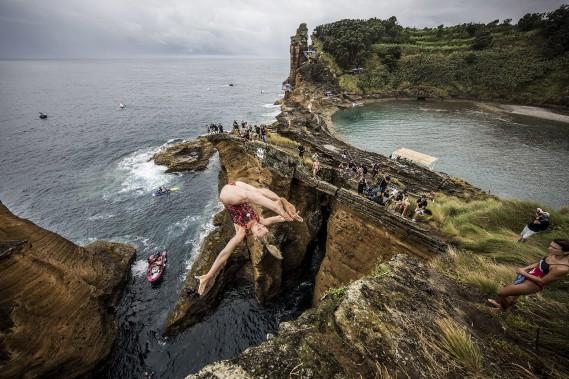 On voit ici Lysanne Richard plonger lors de la compétition Red Bull Cliff Diving qui s'est déroulée aux Açores, en juillet. (Photo courtoisie, Redbull content pool)