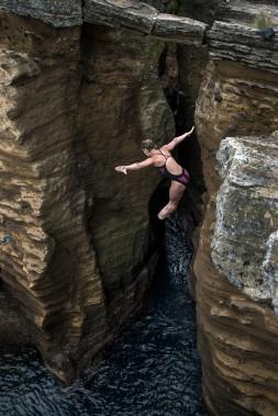 Les plongeuses s'élancent trois fois chacune en compétition et doivent effectuer des mouvements de différents niveaux de difficulté. L'entrée se fait par les pieds, pour protéger la tête. (Photo courtoisie redbull content pool, romina amato)