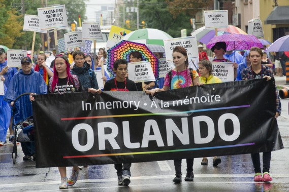Le défilé a rendu un hommage senti aux victimes de l'attentat dans une discothèque gaie d'Orlando en juin dernier. Des affiches au nom des 49 victimes de la fusillade étaient tenues par des marcheurs à l'air solennel. (Martin Roy, LeDroit)