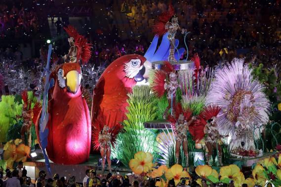 De flamboyants danseurs de samba en ont mis plein la vue. (AP, Natacha Pisarenko)