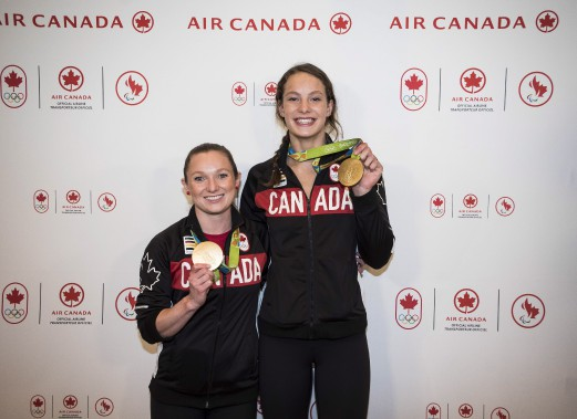 Les médaillées d'or Rosie MacLennan (trampoline) et Penny Oleksiak (natation) sont rentrées au Canada, mardi. (Photo Aaron Vincent Elkaim, PC)