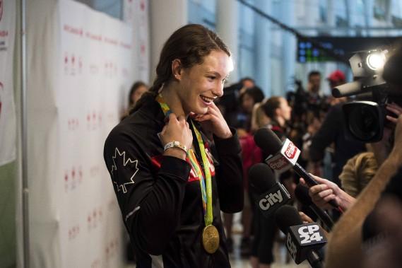 La quadruple médaillée olympique Penny Oleksiak a répondu aux questions des représentants des médias. (Photo Aaron Vincent Elkaim, PC)