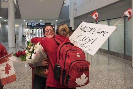 Kelly Russell, membre de l'équipe canadienne féminine de rugby qui a remporté la médaille de bronze, a été accueillie par sa soeur Laura à l'aéroport. (Photo Aaron Vincent Elkaim, PC)