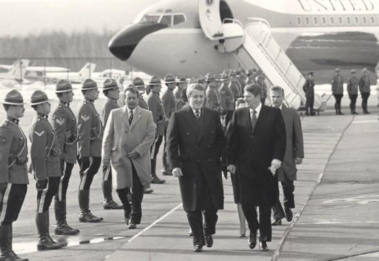 En 1985, le président américain Ronald Reagan arrive à Québec à bord de Air Force One. Le premier ministre de l'époque, Brian Mulroney, l'accueille à l'aéroport de Québec. (Archives Le Soleil, Raynald Lavoie)