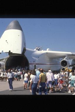 L'avion cargo de l'aviation soviétique Antonov An-225 est venu faire un tour à l'aéroport lors du Festival aérien d'août 1989. (Archives Le Soleil)