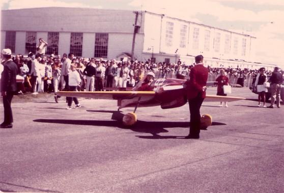 Au Festival aérien de 1968, une course aérienne a été tenue, où six ou sept avions et leurs pilotes étaient venus de Reno, au Nevada. Les avions devaient courir autour de pylônes en acier ayant un grand drapeau rouge au sommet. (Photo fournie par Raymond Thabet)