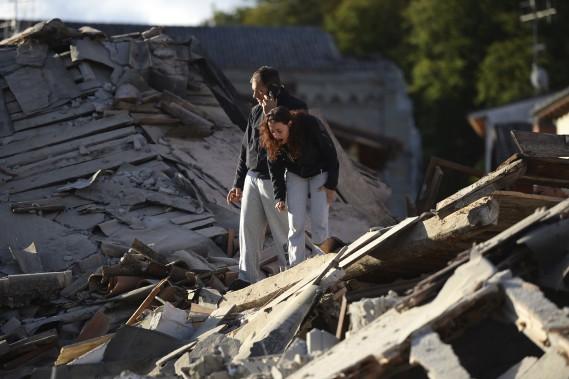 Ces gens sont bouleversés à la suite du tremblement de terre puissant en Italie. (AFP, Filippo Monteforte)