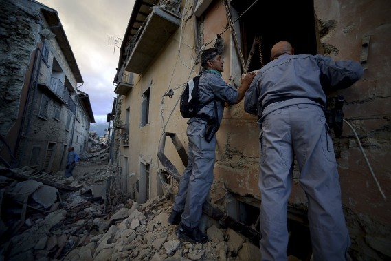 Des secouristes cherchent des survivants à travers les décombres. (AFP, Filippo Monteforte)
