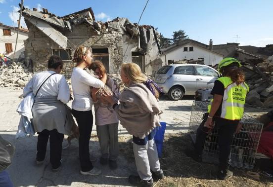 Une femme est réconfortée à la suite du puissant séisme qui a frappé l'Italie. (AFP)