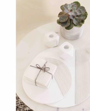 L'association entre végétaux et marbre est toute naturelle, selon Anne Brun, de chez Zone. Les petits bougeoirs ainsi que les sous-verres deux tons font d'excellent cadeaux d'hôtesse. (Anne Brun)