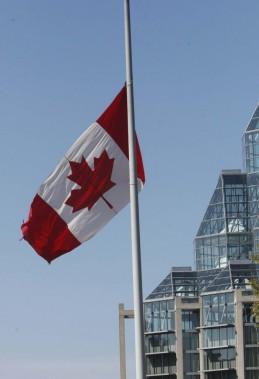 Le drapeau canadien était en berne au Musée des beaux-arts du Canada, en face de la basilique-cathédrale Notre-Dame. (Simon Séguin-Bertrand, LeDroit)
