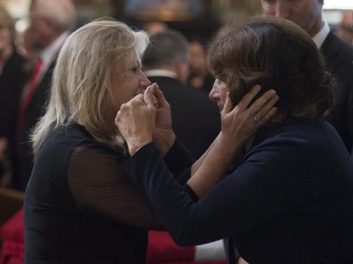Margaret Trudeau, la mère du premier ministre, console la femme de Mauril Bélanger, Catherine. (Justin Tang, La Presse Canadienne)