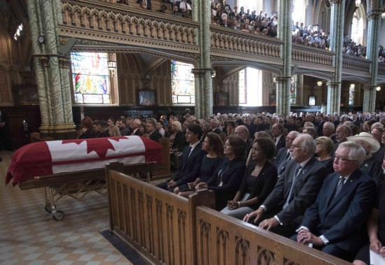 Plusieurs personnalités politiques étaient présentes durant la cérémonie, dont le premier ministre, Justin Trudeau, sa mère, Margaret Trudeau, son épouse, Sophie Grégoire, l'ex-gouverneure générale Michaëlle Jean, et l'ancien premier ministre, Joe Clark. (Justin Tang, La Presse Canadienne)