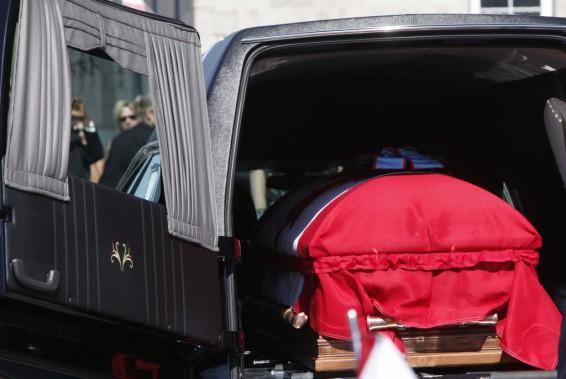 Le cercueil est transporté vers le corbillard pour un dernier voyage. (Simon Séguin-Bertrand, LeDroit)