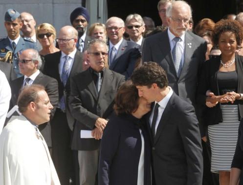 Justin Trudeau enlace sa mère, Margaret, après le départ du corbillard. (Simon Séguin-Bertrand, LeDroit)