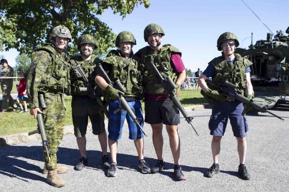 L'instant d'une journée, les visiteurs ont pu se transformer en véritables soldats des Forces canadiennes. (Le Soleil, Caroline Grégoire)
