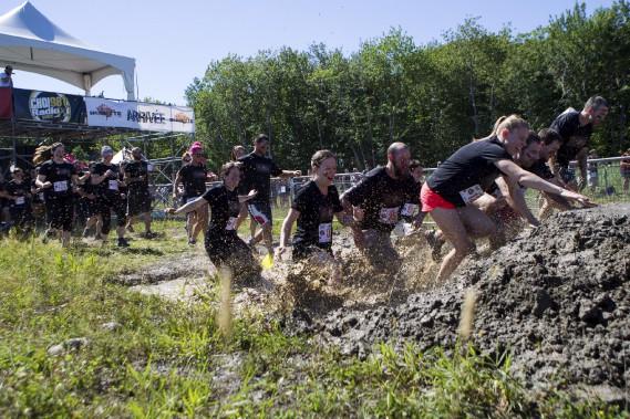 Près de 2000 coureurs ont participé à la course à obstacles organisée par la Société canadienne de la sclérose en plaques. (Le Soleil, Caroline Grégoire)
