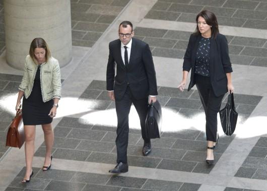 Nathalie Normandeau (à droite) et Me Maxime Roy (au centre), au palais de justice de Québec, le 29 août ()