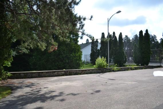 Ce stationnement, avec le muret de brique sont tout ce qu'il reste de l'Hôtel Dolbeau aujourd'hui. (Claudie Laroche)