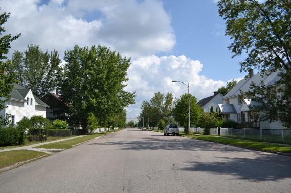 La 4e avenue est la rue principale du quartier. D'un extrémité, on retrouve l'usine qui est toujours en action aujourd'hui, et de l'autre, l'Église Ste-Thérèse D'Avila. (Claudie Laroche)
