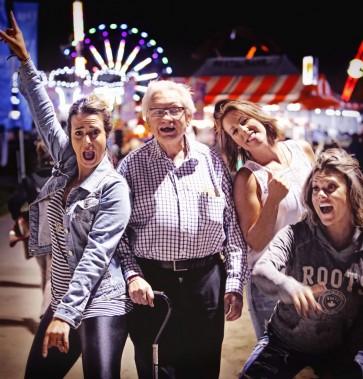 Profitant du temps clément, les festivaliers ont convergé par milliers au parc de la Baie jeudi soir, au jour 1 du 29<sup>e</sup>FMG, que ce soit pour profiter des manèges ou assister aux spectacles sur la scène principale.<br /><br />Jean-Pierre Letang avec ses nouvelles amies Marie-Eve, Julie et Yannick<br /><br /> (Simon Séguin-Bertrand, LeDroit)