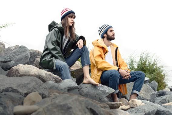 Tuques tricot nautique de Fileuse D'Arvor (99$) et imperméables cirés Rosbras de Guy Cotten (375$) (Fournie par Simons)