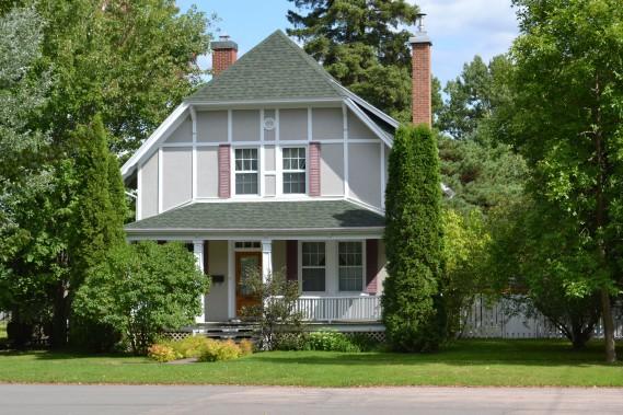 Les chaînages d'angle contre le stuc et les chevrons apparents de cette maison de la rue Perron rappellent les manoirs et les fermes de campagne anglaise. (Mélissa Bradette)