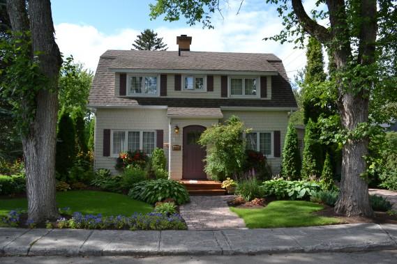 Les maisons en bardeau de cèdre rappellent quelque peu l'architecture américaine contemporaine (shingle style). (Mélissa Bradette)
