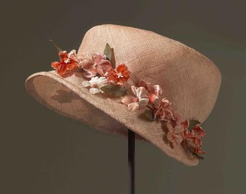 La garde-robe d'Élisabeth II inclut bien entendu de nombreux chapeaux, dont celui-ci qui date de 1937. (Fournie par le Royal Collection Trust.)