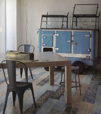 Des dégradés de bleus sont possibles avec la collection Maxe, de Céragrès, qui imite le motif du bois. Ils sont offerts en trois teintes de bleu, la plus foncée tirant sur l'indigo. (Fournie par Céragrès)