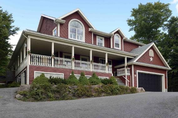 La maison de Julie Couture et sa famille est juchée au haut d'une pente, loin des regards et des voisins. (Le Soleil, Patrice Laroche)