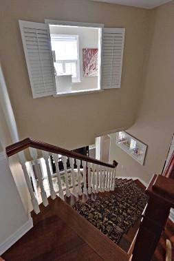 Une ouverture a été percée dans un coin de la chambre des maîtres pour laisser entrer la lumière dans l'escalier. (Le Soleil, Patrice Laroche)