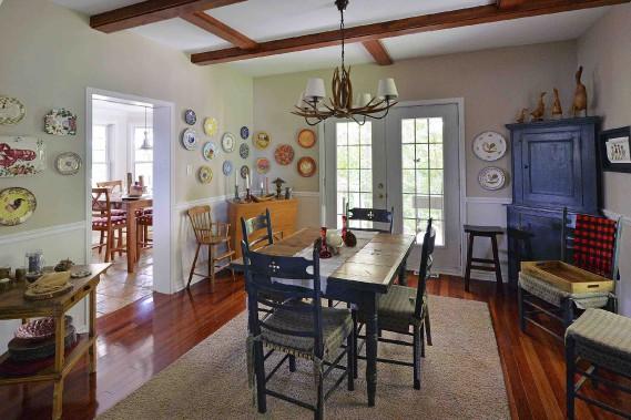 La salle à manger est décorée d'assiettes que Julie Couture s'est fait offrir au fil du temps. (Le Soleil, Patrice Laroche)