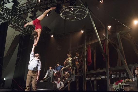 À travers les nombreux numéros de danse acrobatique, quelques prouesses aériennes viennent rappeler qu'on fait ici affaire avec un cirque reconnu à l'international pour le niveau de ses acrobates autant que pour sa créativité. (Stéphane Lessard, Le Nouvelliste)