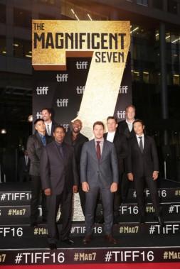 MartinSensmeier, ManuelGarcia-Rulfo, DenzelWashington, le réalisateur AntoineFuqua, ChrisPratt, EthanHawke, VincentD'Onofrio et Byung-HunLee à la première mondiale du film <i>Les 7 mercenaires</i>, produit par MGM et Columbia Pictures, lors de la soirée d'ouverture de l'édition 2016 du Festival international du film de Toronto (Canada), le jeudi 8septembre. ()