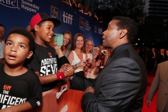 DenzelWashington à la première mondiale du film <i>Les 7 mercenaires</i>, produit par MGM et Columbia Pictures, lors de la soirée d'ouverture de l'édition 2016 du Festival international du film de Toronto (Canada), le jeudi 8septembre. ()