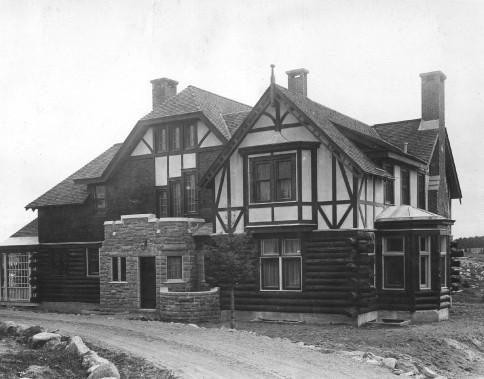 La maison du gérant, construite en 1926, loge le gérant de l'usine. Celui-ci avait le privilège de posséder le seul et immense terrain longeant la rivière Petite-Décharge.<br /><br /> (Société d'histoire Lac-Saint-Jean)